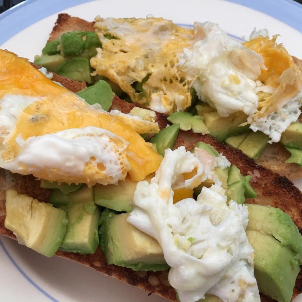 Desayuno aguacate huevo miel tostada